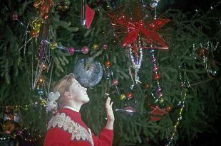 Девочка на новогодней елке, проходящей в Георгиевском зале Большого Кремлевского дворца. 1967 г.