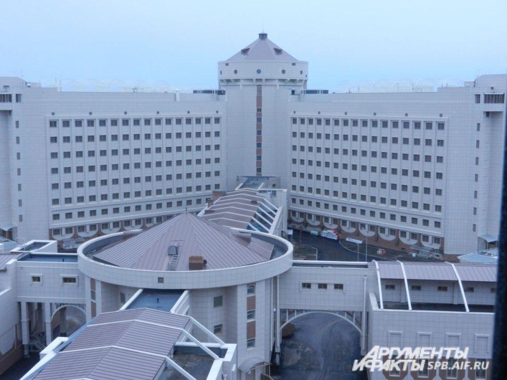 Лучевая архитектура – одна из особенностей проекта. А издалека новые Кресты и вовсе напоминают дорогой отель.