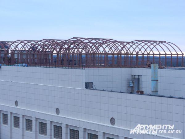 Никакой банальной проволоки - всё здание полностью контролируется электроникой и умными системами. На крыше установлены десятки камер и «наблюдающих» за происходящим конструкций. Специальные антиподкопные датчики зарыты даже под землёй.