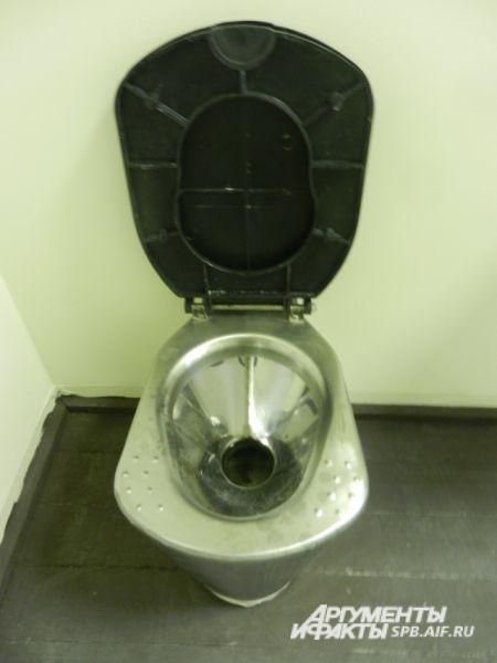 Туалеты – особая гордость авторов проекта. Во-первых, находятся они отдельно за дверью, как в обычной квартире. Во-вторых, сделаны из нержавейки и антивандальных материалов. В-третьих, вода набирается и сливается не через бачок, а при помощи отдельной кнопки. Вся конструкция, подающая воду, убрана в стены, что тоже потребовало непростого решения.