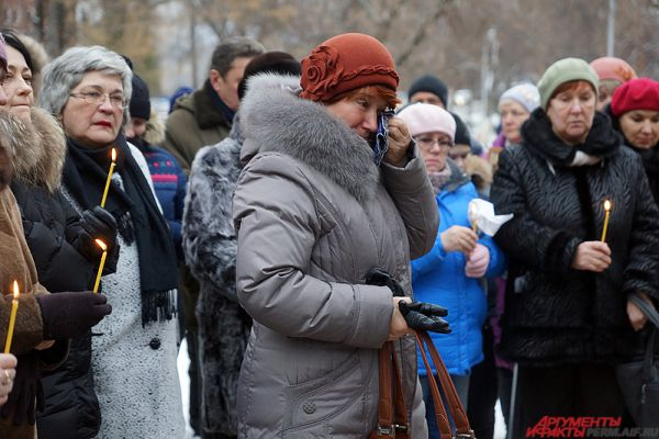 Родственники погибших, политики, общественные деятели, а также неравнодушные жители города собрались у гранитного монумента.
