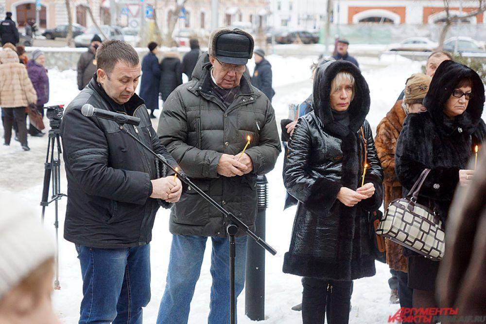 Траурная акция по случаю годовщины трагедии в клубе «Хромая лошадь» прошла в Перми в сквере Уральских добровольцев.
