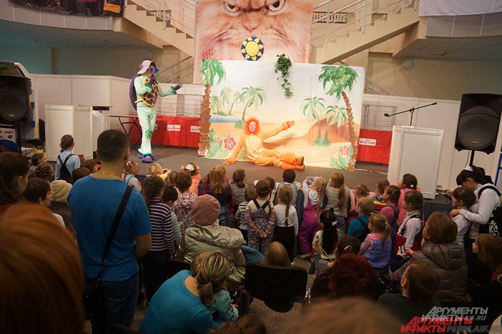 Ежедневно для маленьких посетителей будут проходить спектакли. Вместе с волшебными героями ребята побывают в «гостях» у сказки о новогоднем чуде, а также споют добрую песню из известного советского мультфильма о львёнке и черепахе.