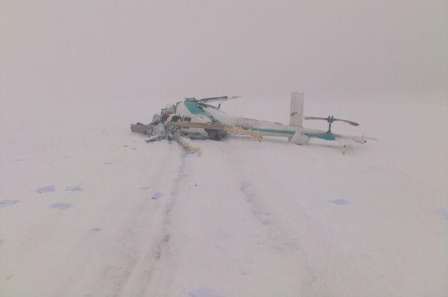 Вертолёт при падении развалился на части.