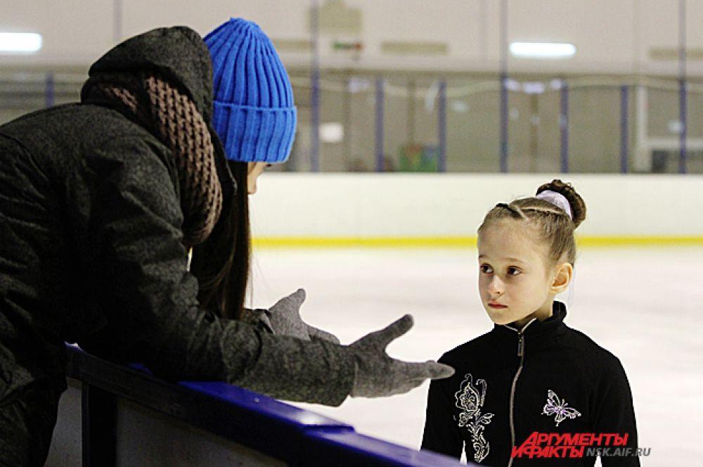 В перерывах тренер даёт наставления.