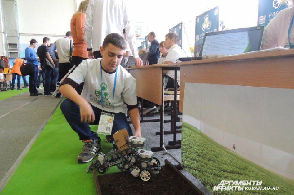 Ребята из Усть-Лабинска создали проект робота, который умеет вспахивать землю и сажать в нее картофельные клубни. Школьники считают, что на Кубани такой робот сможет оказать большую помощь аграриям.