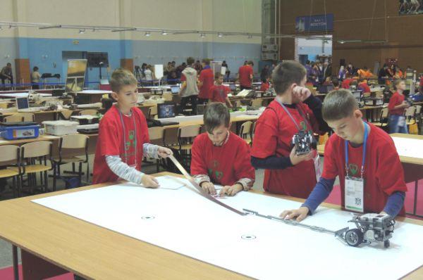Ребята проверяют, справляются ли их роботы с движением по сложной траектории.