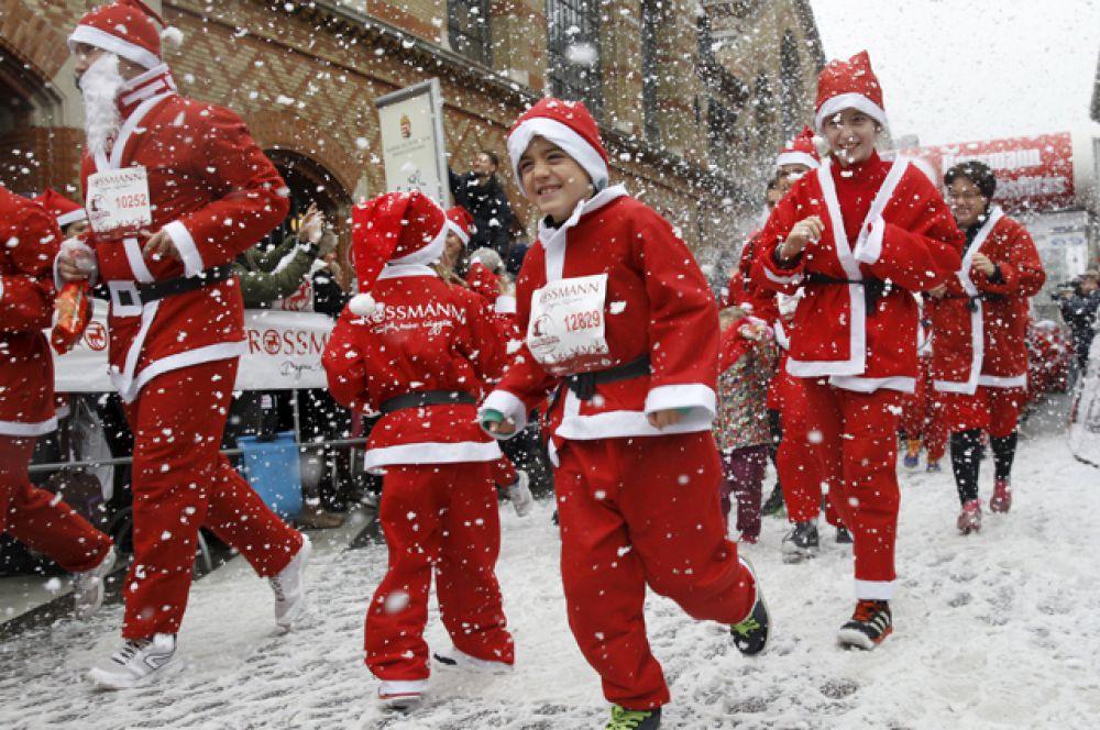 Благотворительный забег Санта-Клаусов в Будапеште