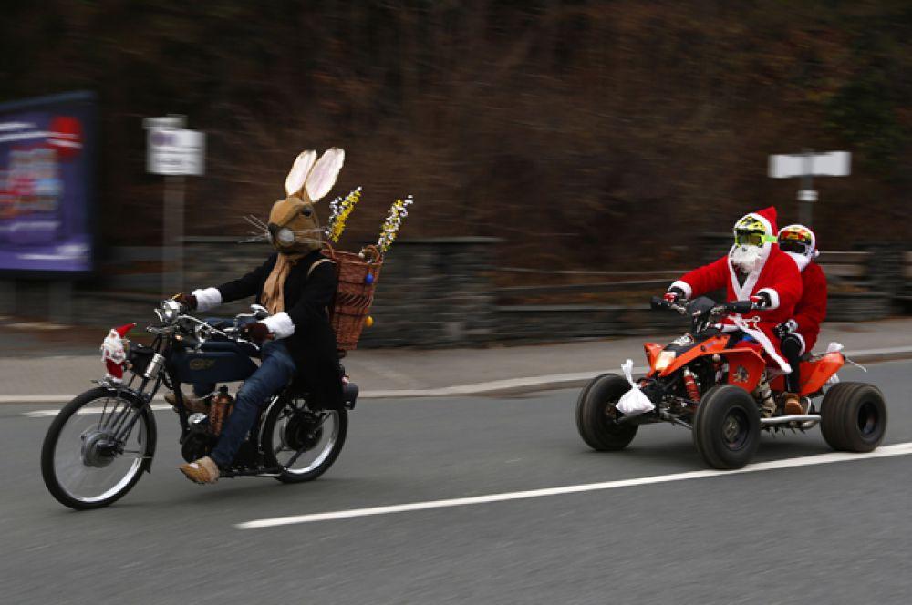 Пасхальный заяц и Санта-Клаус в городе Ауэрбах, Германия