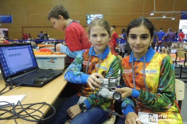 Анжелика и Сабрина тоже из Сочи. Девочки создали робота, который умеет чертить линию по заданной траектории и сможет помогать специалистам, которые ежедневно работают над чертежами.