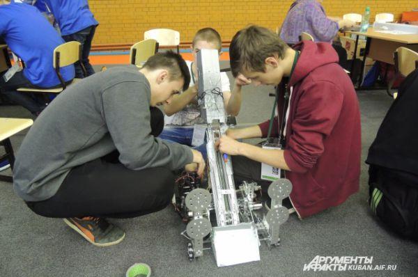Разработчики завершают работу над своим роботом.