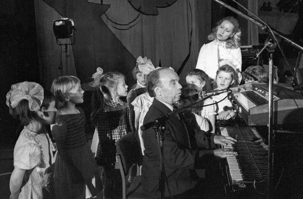 Заслуженный деятель искусств РСФСР, лауреат премии Ленинского комсомола 1980 г., лауреат Государственной премии СССР 1981 г. композитор Владимир Шаинский (в центре) среди детей.
