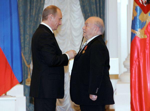 Президент России Владимир Путин (слева) во время награждения композитора Владимира Шаинского (справа) орденом