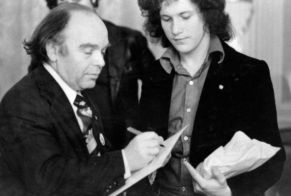 Советский композитор Владимир Шаинский дает автограф лауреату фестиваля советской песни в Зеленой Гуре, 1977 год.