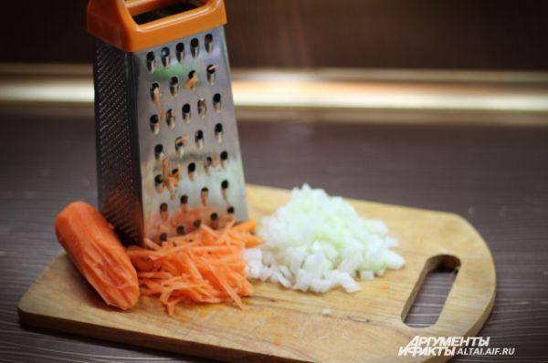 Мелко режем лук кубиками. Морковь натираем на крупной тёрке.