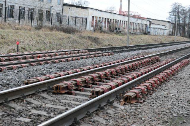Сейчас подрядчик ведет работы по его прокладке коллектора, протягивая трубу диаметром 500 мм под железнодорожными путями.