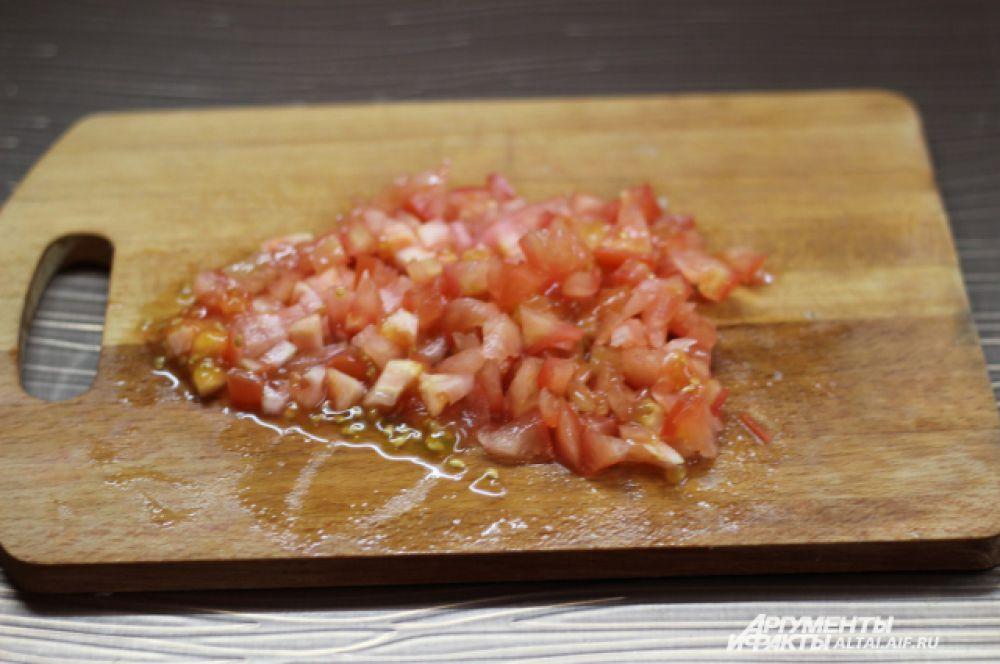 Мелко режем помидор (можно потереть).