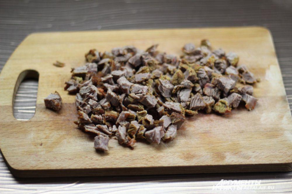 Режем мясо и опускаем его в суп. Даём борщу настояться. После вынимаем сало и лавровый лист.