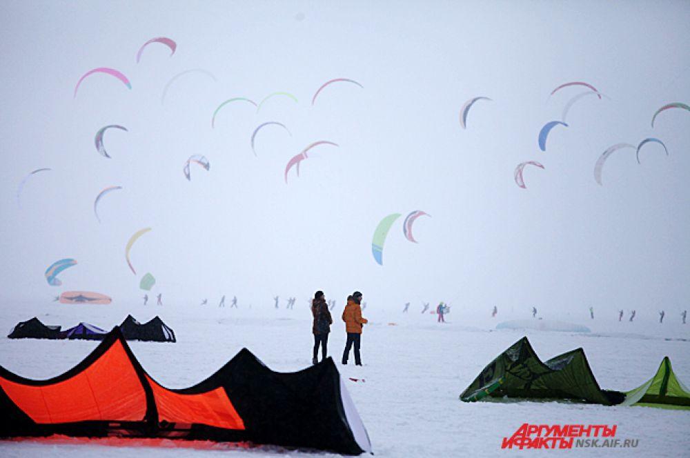 Погода во второй день соревнований выдалась снежной, пасмурной, но зато ветреной. Участники уносились в зимнюю пургу, словно в туман.