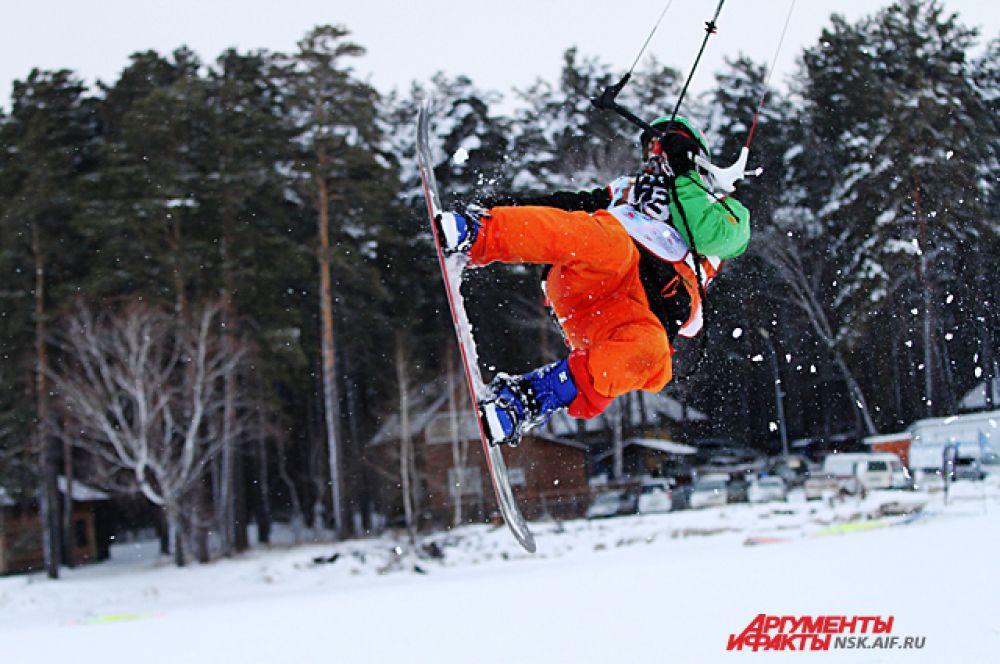 В  сноукайтбординге доска для катания отличается от сноубордической. Она более маневренная и на ней легче делать прыжки.