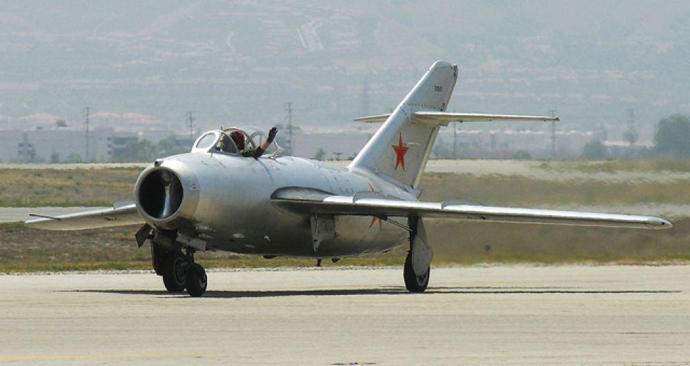 МиГ-15 - самый массовый реактивный боевой самолет в мире. Помимо СССР, его по лицензии производили в Польше, Чехословакии и Китае. Всего было построено более 15 тысяч самолетов. Истребитель более полувека стоял на вооружении 40 стран.