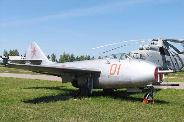Победа в Великой Отечественной войне открыла доступ советским ученым к уникальной документации по работе над немецкими турбореактивными самолетами. На тот момент отечественная авиапромышленность не имела собственного реактивного двигателя, и самолёты проектировались под трофейные немецкие Юнкерс ЮМО-004 и BMW-003A. Первым советским реактивным истребителем стал МиГ-9.