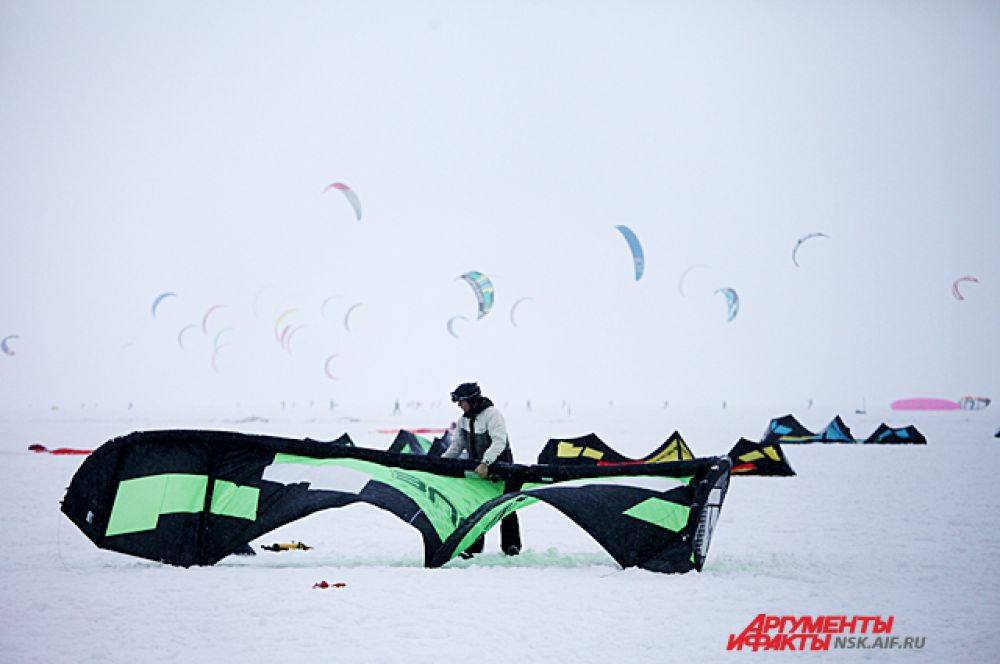 Кайт в переводе с английского означает воздушный змей. Поэтому успех спортсмена зависит от скорости ветра и умения поймать потоки.