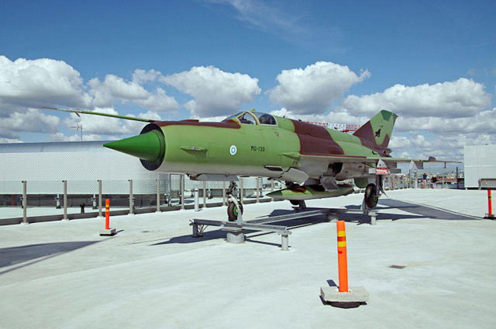 Следующим хитом Микояна стал МиГ-21, самый распространенный в мире сверхзвуковой самолет. Запущенный в серию более полувека назад, он до сих пор производится в Китае. Отличительная особенность 21-го – низкая себестоимость. Вместе с предыдущей моделью МиГ-21 успешно воевал во Вьетнаме.