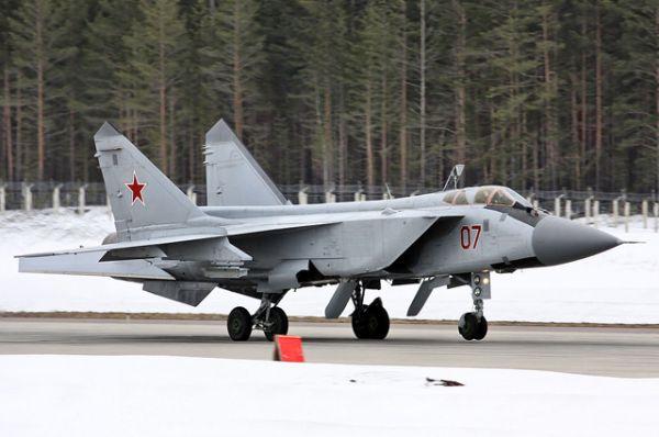 Перехватчик МиГ-31 предназначен для перехвата и уничтожения воздушных целей на предельно малых, малых, средних и больших высотах, днём и ночью, в простых и сложных метеоусловиях. МиГ-31 строился по схеме самолёта МиГ-25, но с экипажем из двух человек — лётчика и штурмана-оператора, размещавшихся один за другим.