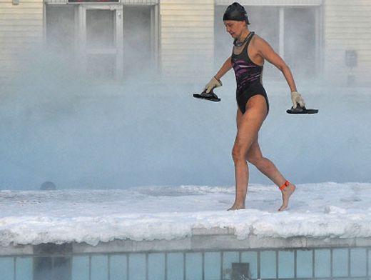 Одна девушка и куча мужиков в бассейне фото 329-782