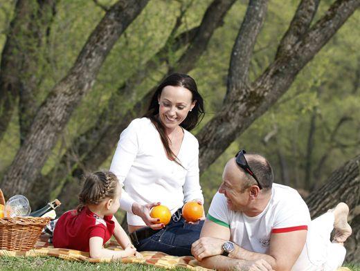 Видео жена на пикнике изменяет