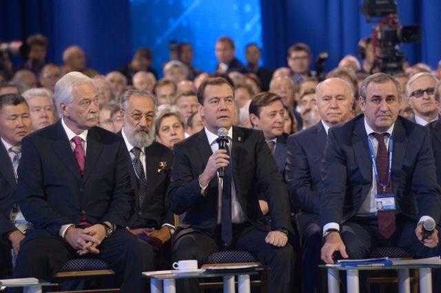 митрий Медведев призвал однопартийцев контролировать, как исполняются указы президента.