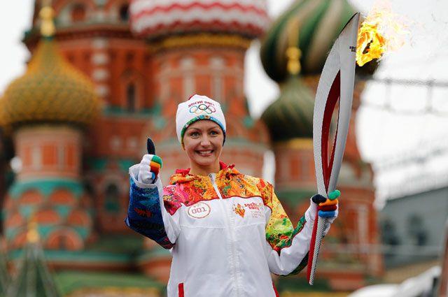 Факел Олимпийских игр в Сочи во время кремлёвского этапа эстафеты.