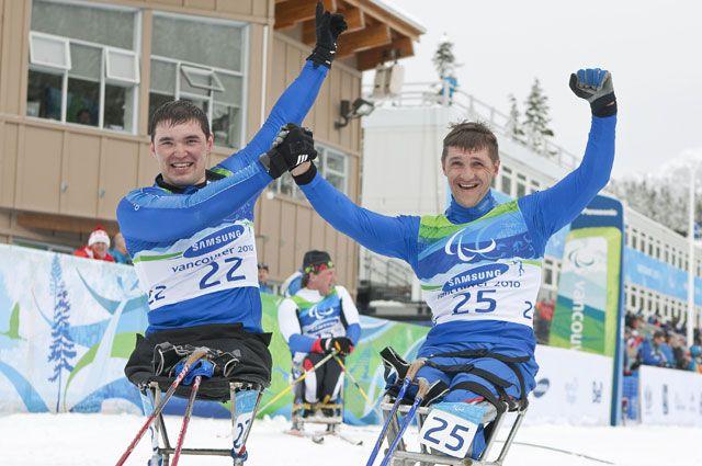 Ирек Зарипов (слева) и Роман Петушков празднуют золото и серебро соответственно в лыжных гонках на дистанции 15 км. 2010 год. Паралимпиада в Ванкувере.