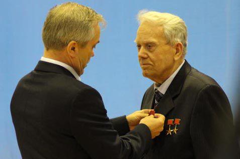 Председатель колхоза Василий Горин (справа).