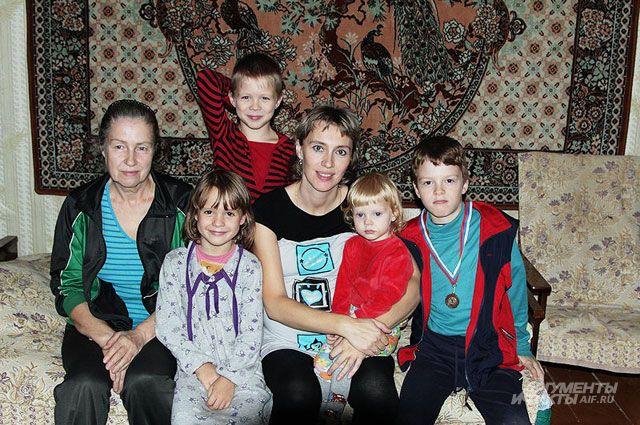 Семейство в неполном составе (на момент съёмки трое детей были в санатории, отец семьи — в поездке).