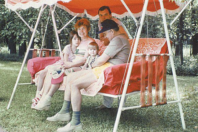 Михаил Горбачёв с семьёй на даче. 1989 г.