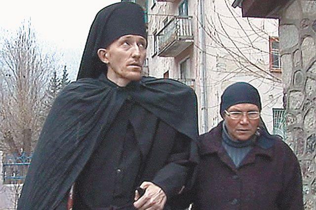 Бывший заключённый А. Головко (на фото слева) с трудом ходил, когда его постригли в монахи, но порог храма смог переступить сам.
