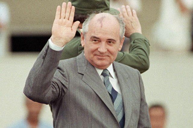 02.04.1989. Генеральный секретарь ЦК КПСС Михаил Горбачёв приветствует жителей Гаваны во время официального визита в Республику Куба.