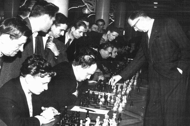 Сергей Салов участвует в сеансе одновременной игры 5-го чемпиона Мира FIDE Макса Эйве. Москва 1955 год