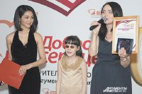 Василиса Карпенко вышла на сцену за наградой.