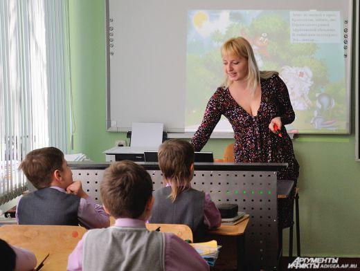 Учительница в юбке видеоывает географию