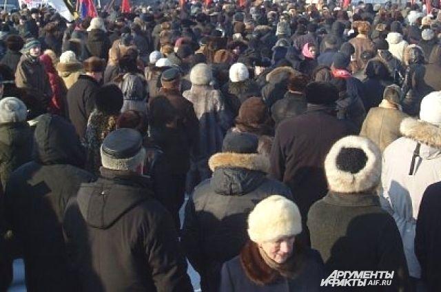 По словам очевидцев - примерно столько желающих сесть в автобус зимой.