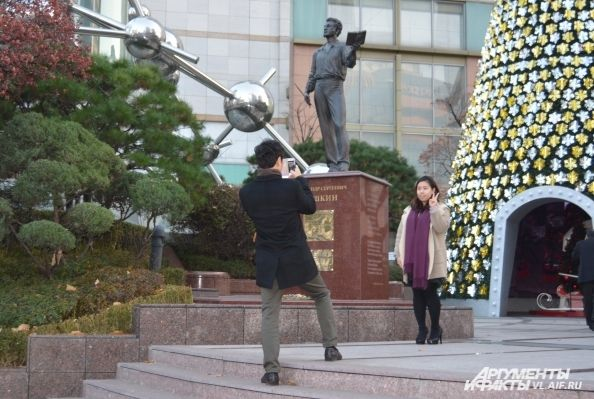 У памятника Пушкину корейцы любят фотографироваться
