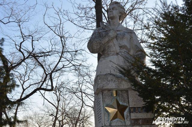 Памятник Марии Цукановой, установленный в госпитале ТОФ.