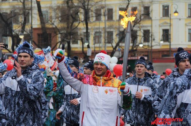 Иван Штыль пронёс огонь Олимпиады по Владивостоку