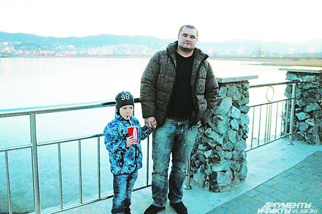 Опер Бугримов с сыном на берегу того самого озера Солёное.