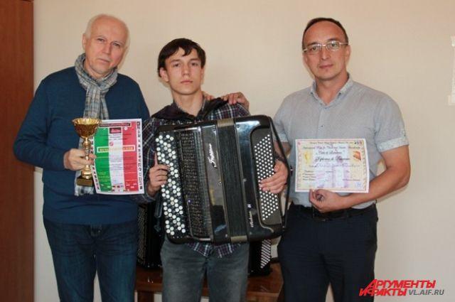 Валерий Николаев с учеником Сашей Качайло и его папой Володей