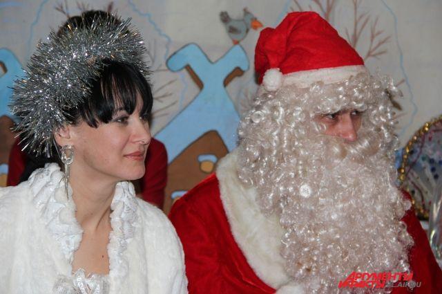 Снегурочка и Дед Мороз уже готовятся к празднику.