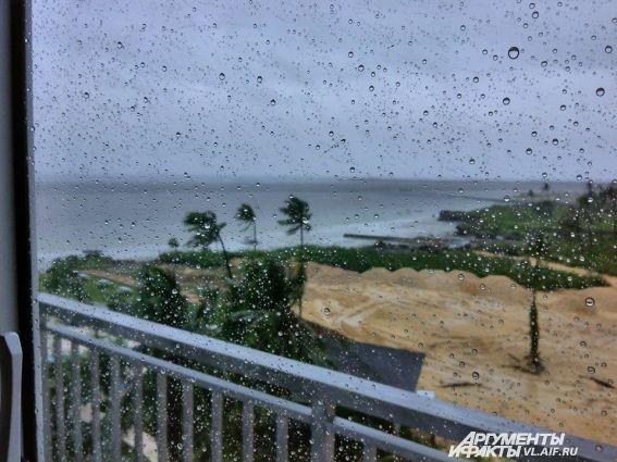 Сильный дождь шёл на всех островах, даже тех, которых не коснулся тайфун